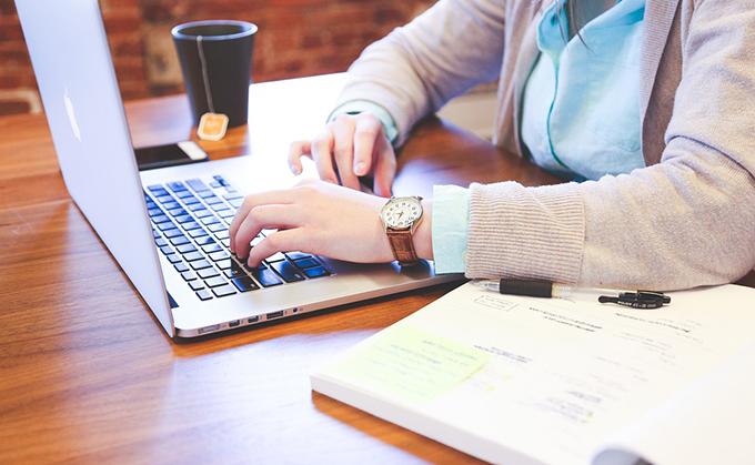 empresario-ordenador-trabajo-empleo