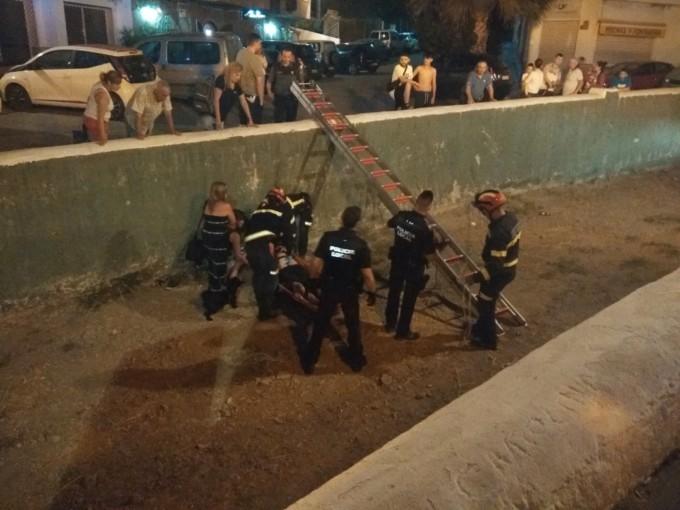 BOMBEROS Y POLICIA EN EL MOMENTO DEL RESCATE EN EL CAUCE RAMBLA ESPINAR LA HERRADURA 18
