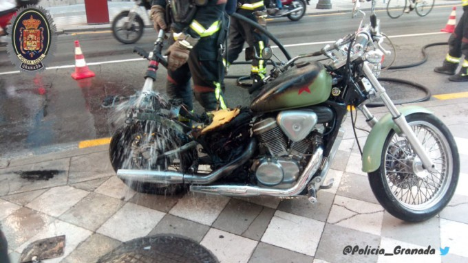 Motocicleta-arde-calle-reyes-católicos