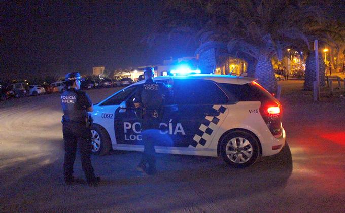 LA POLICÍA LOCAL REALIZANDO CONTROLES DE VIGILANCIA EN LA PLAYA