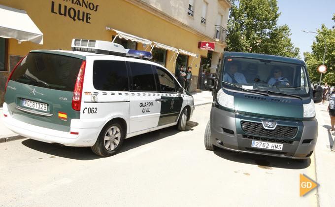 levantamiento del cadaver de la mujer asesinada por violencia de genero en Maracena
