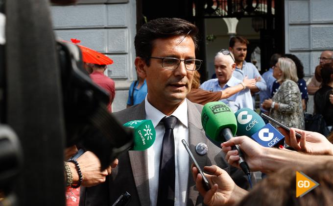 Paco-Francisco-Cuenca-Alcalde-Granada minuto de silencio en el ayuntamiento de Granada por la mujer muerta en Maracena Foto Antonio L Juarez-2622