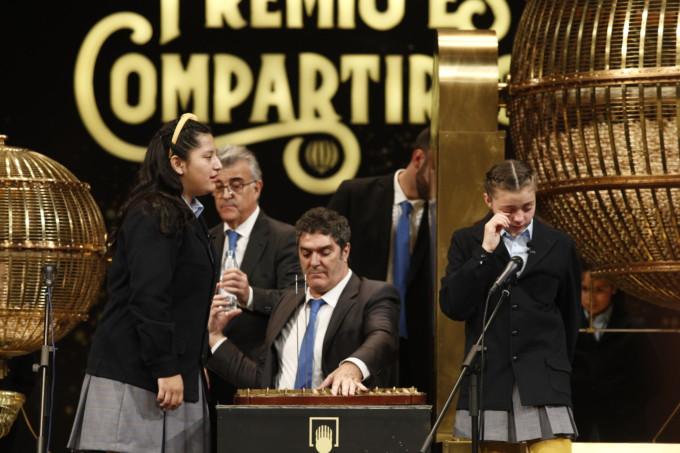 Los niños de San Ildefonso cantando los números.