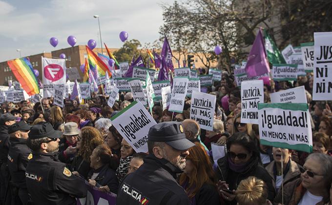 """Concentración convocada por colectivos de mujeres bajo el lema """"¡Nuestros derechos no se negocian. Ni un paso atrás en igualdad!"""". Ante el Parlamento andaluz"""