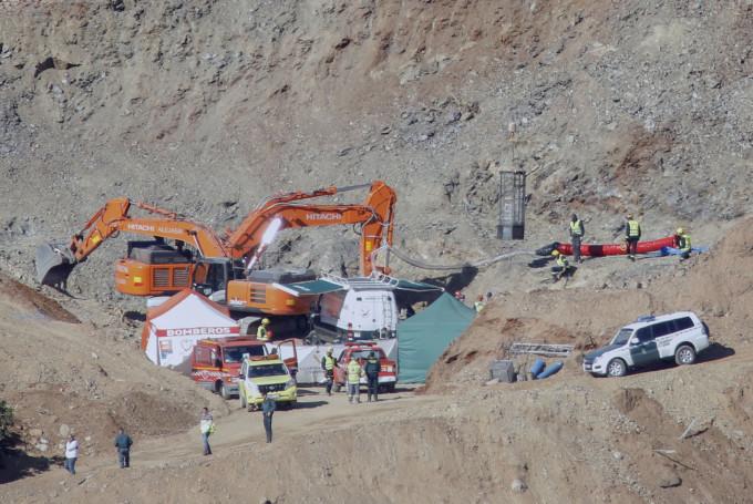 Bomberos y mineros revisan la jaula en la boca del pozo de Totalán
