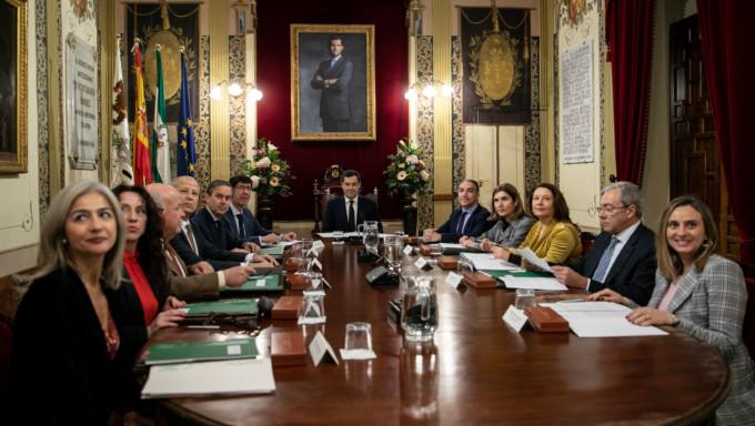 El presidente de la Junta Juanma Moreno preside la primera reunión del nuevo Consejo de Gobierno de la Junta de Andalucía.