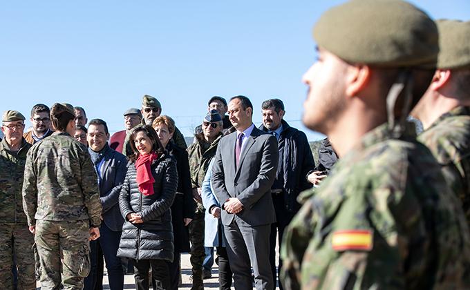 La ministra de Defensa, Margarita Robles, visita el puente instalado por el Ejército de Tierra en Casariche (Sevilla).
