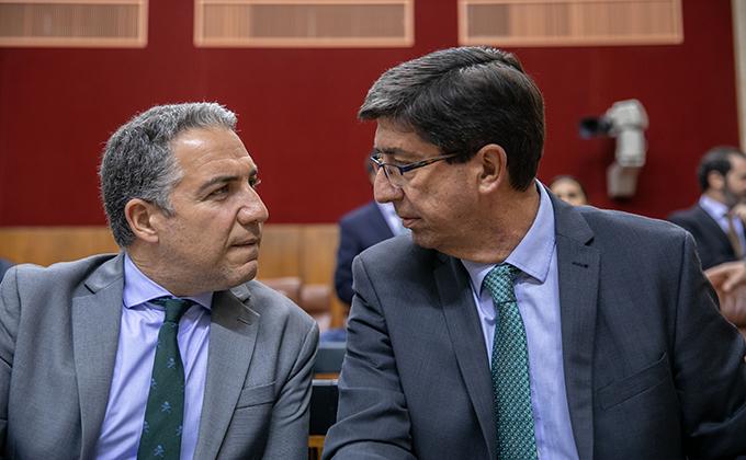 Primera sesión del Pleno del Parlamento andaluz. El vicepresidente de la Junta, Juan Marín (d) y el consejero de la presidencia y portavoz, Elias Bendodo (i).