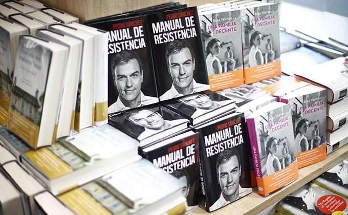 La biografía política 'Manual de Resistencia' escrita por el presidente del Gobierno, Pedro Sánchez, sale a la venta el 19 de febrero de 2019, medio año después de que el presidente accediera al cargo. En la imagen, varios ejemplares del libro coloca