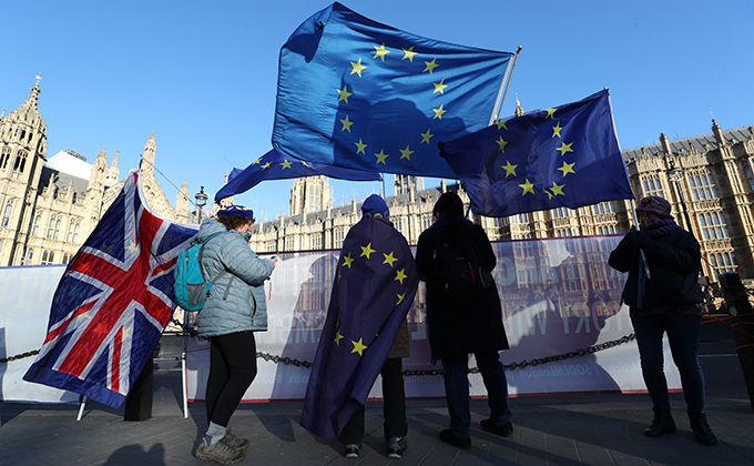 07 February 2019, England, London: Anti-Brexit demonstrators waves flags of the EU outside the Houses of Parliament during a protest as UK Prime Minister Theresa May visits Brussels to meet with European Parliament officials. Photo: Jonathan Brady/PA Wire