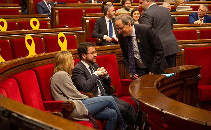 El presidente de la Generalitat, Quim Torra (d) habla con el vicepresidente de la Generalitat, Pere Aragonès, y la consellera de Presidencia, Elsa Atardi, durante un pleno en el Parlament.