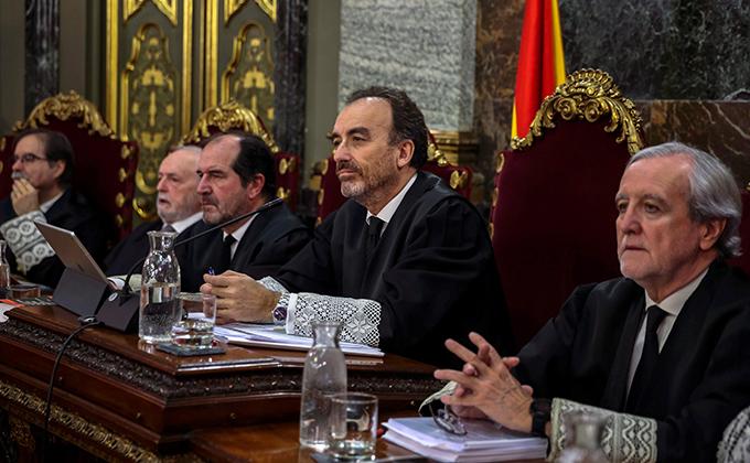 """El presidente del tribunal y ponente de la sentencia, Manuel Marchena (2d), junto a los magistrados, Andrés Palomo (i), Luciano Varela (2i), Andrés Martínez Arrieta (3i), y Juan Ramón Berdugo (d), durante el juicio del """"procés"""" que hoy se ha iniciado"""