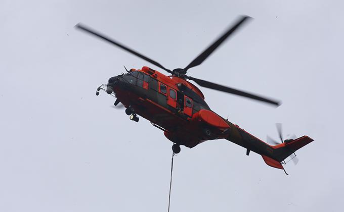 Los medios aéreos trabajan en la extinción del incendio forestal de la localidad asturiana de Belmonte de Miranda.