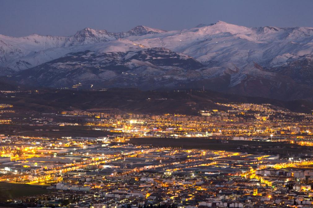 Vista nocturna de la ciudad de Granada, España