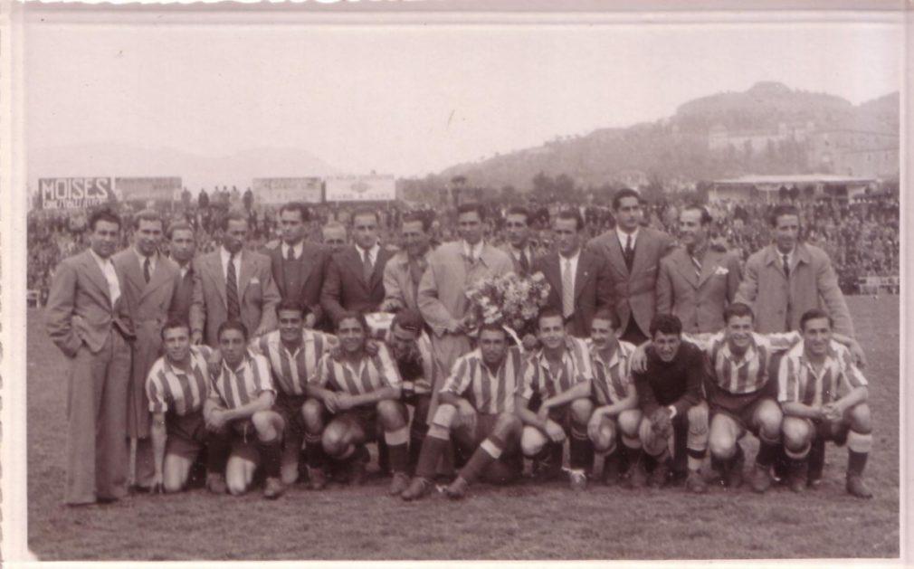1) Celebración por el ascenso en la previa del Granada-Coruña. Lo que empezó con palmas acabó entre abucheos