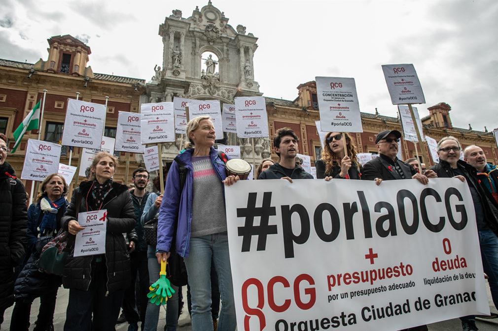 Protesta de la orquesta Ciudad de Granada frente a las puertas del Palacio de San Telmo.