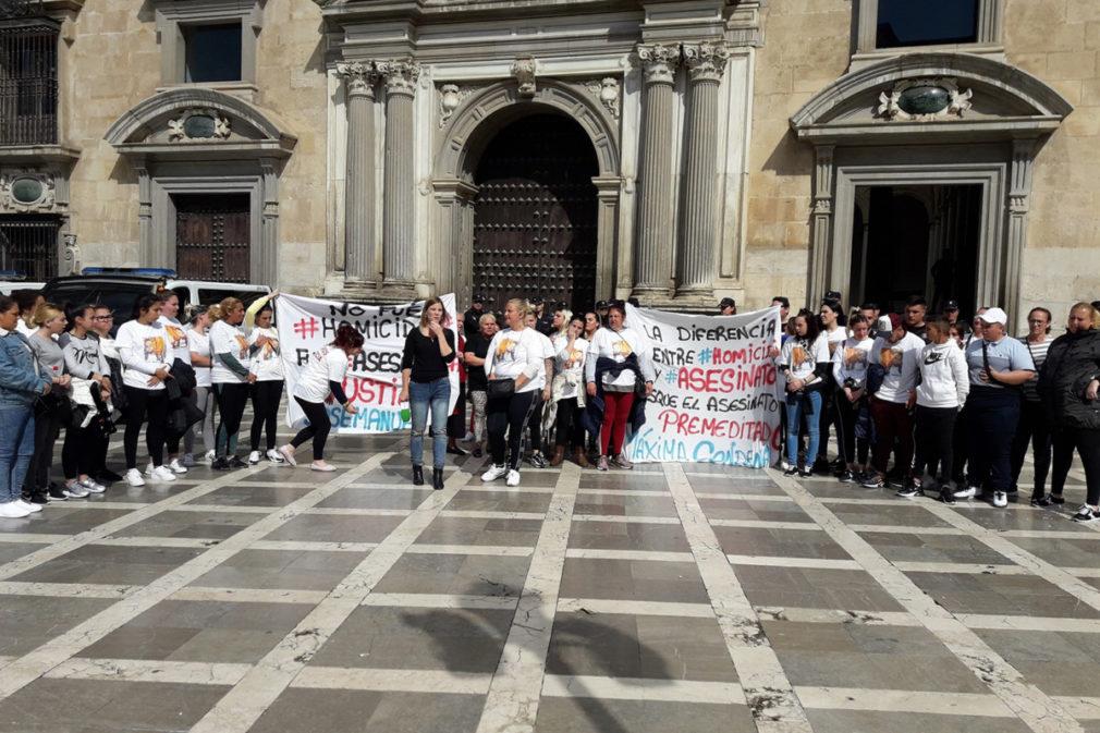 Familiares del fallecido piden justicia a las puertas de la Audiencia de Granada