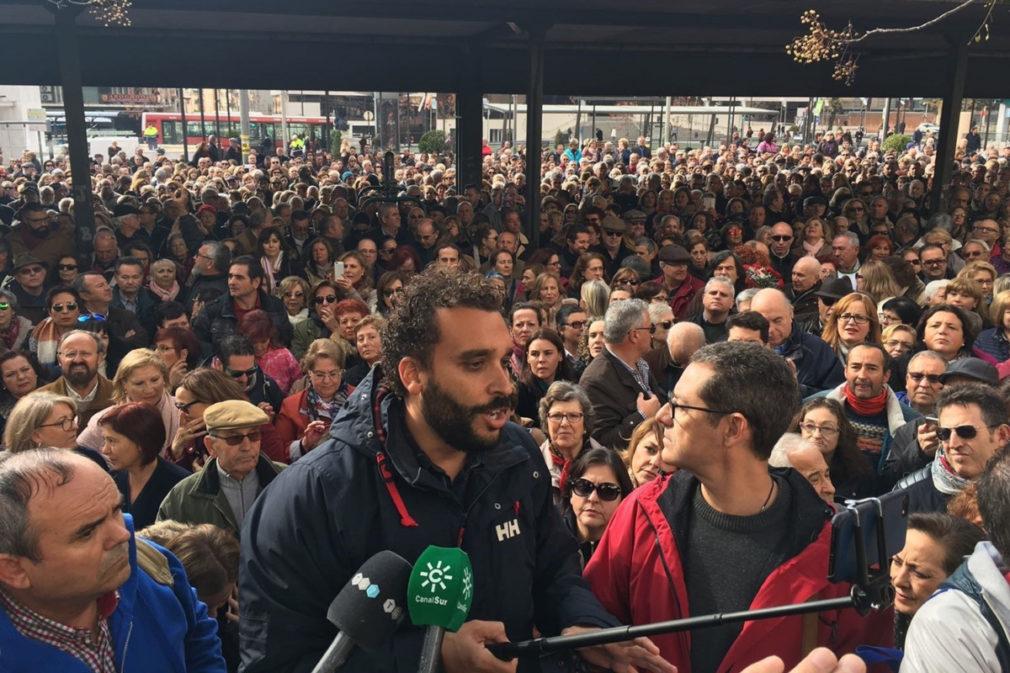 Un millar de personas se concentra ante el Virgen de las Nieves por la situación de los médicos de Urgencias