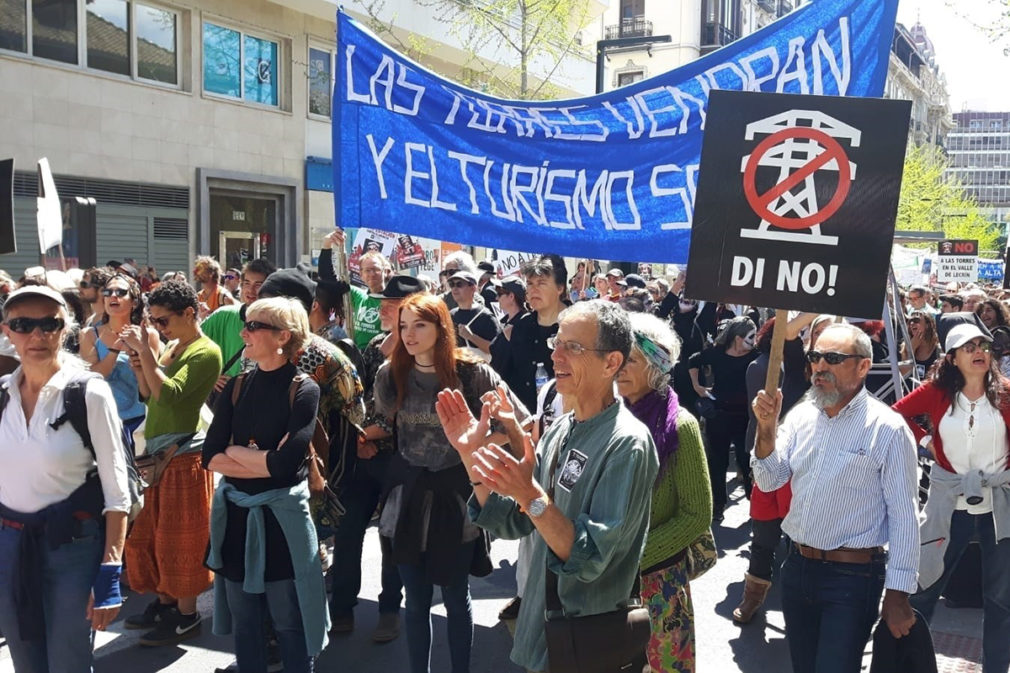 Manifestantes convocados por la plataforma Di no a las torres contra el proyecto de 362 torres de alta tensión y una subestación de Red Eléctrica de España en las comarcas de la Alpujarra Granadina y Valle de Lecrín