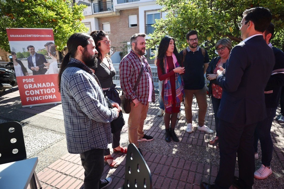 El candidato a la Alcaldía de Granada por el PSOE, Francisco Cuenca, con emprendedores
