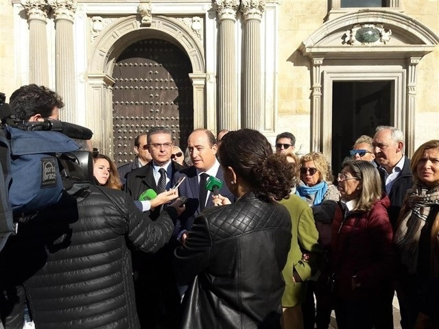 Juan García Montero atiende a los medios a las puertas de la Real Chancillería