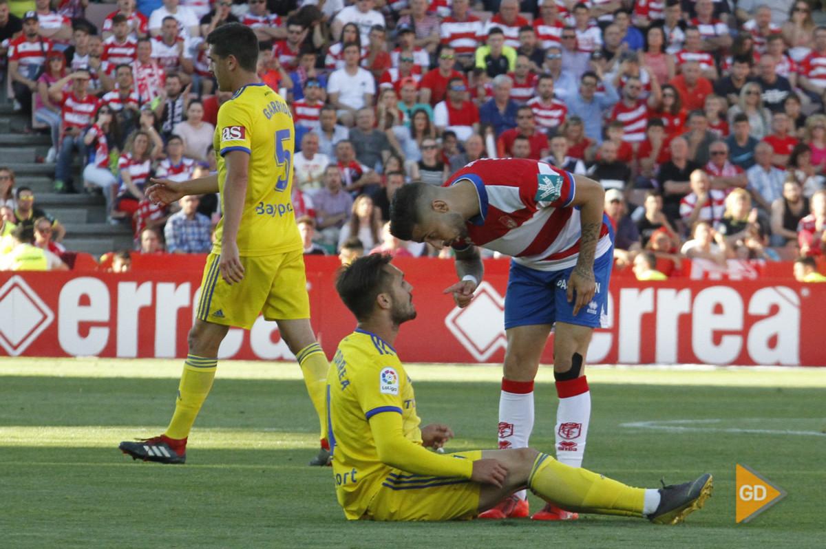 El Cadiz retrasa una semana el ascenso del Granada.