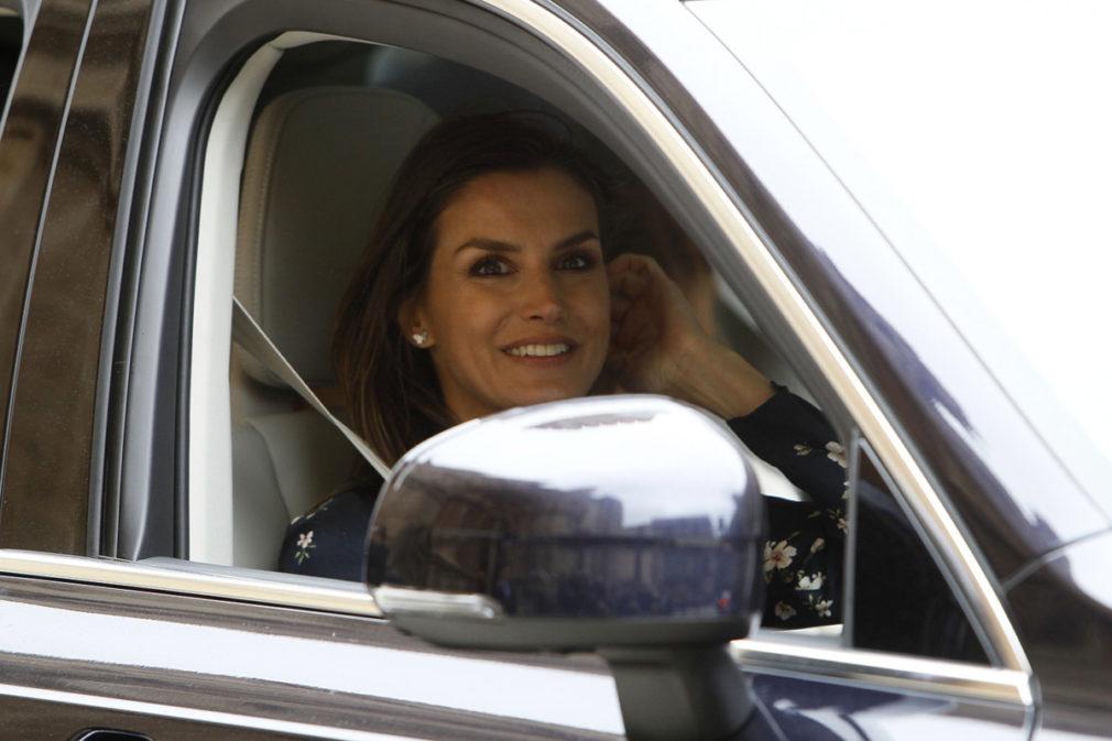 La reina consorte de España, Letizia Ortiz llegando a la misa de Pascua celebrada en la Catedral de Palma de Mallorca.