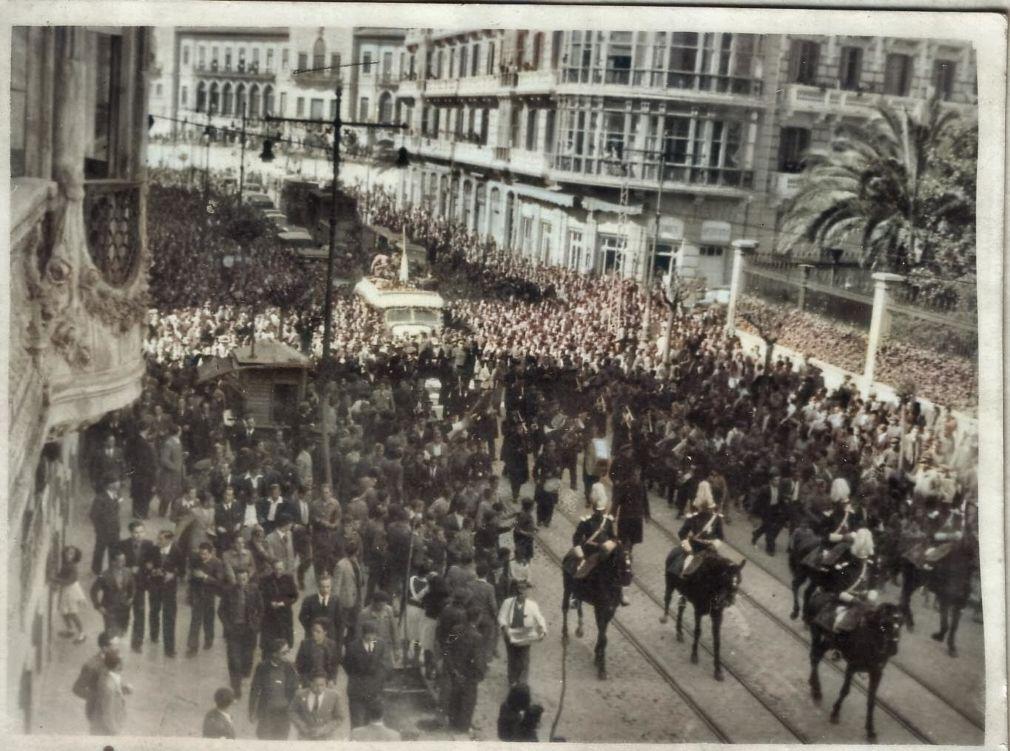 1) El ómnibus del Granada en la Gran Vía entre una alegre multitud. 9 de abril de 1941