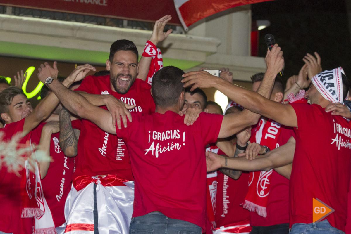 Celebración del ascenso del Granada CF a Primera División en la fuente de las Batallas y el Ayuntamiento de Granada