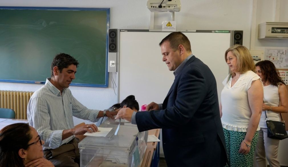 El candidato de Vox a la Alcaldía de Granada, Onofre Miralles, deposita su voto este domingo 26 de mayo
