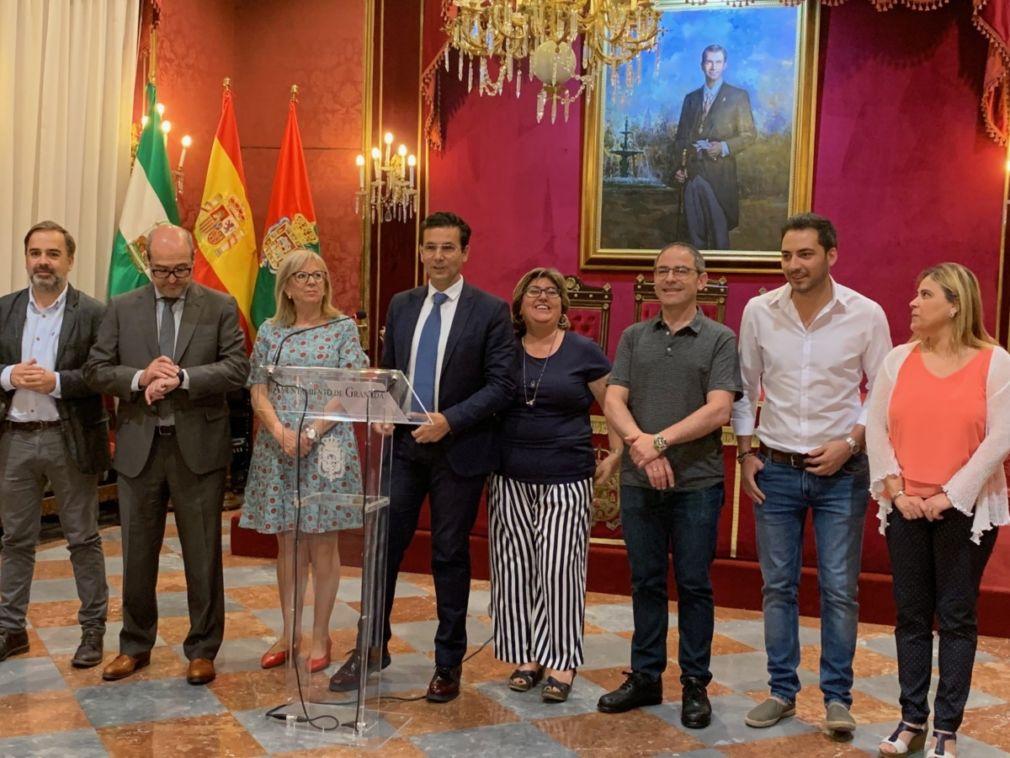 El alcalde en funciones, Francisco Cuenca, con los concejales electos del PSOE el 26M
