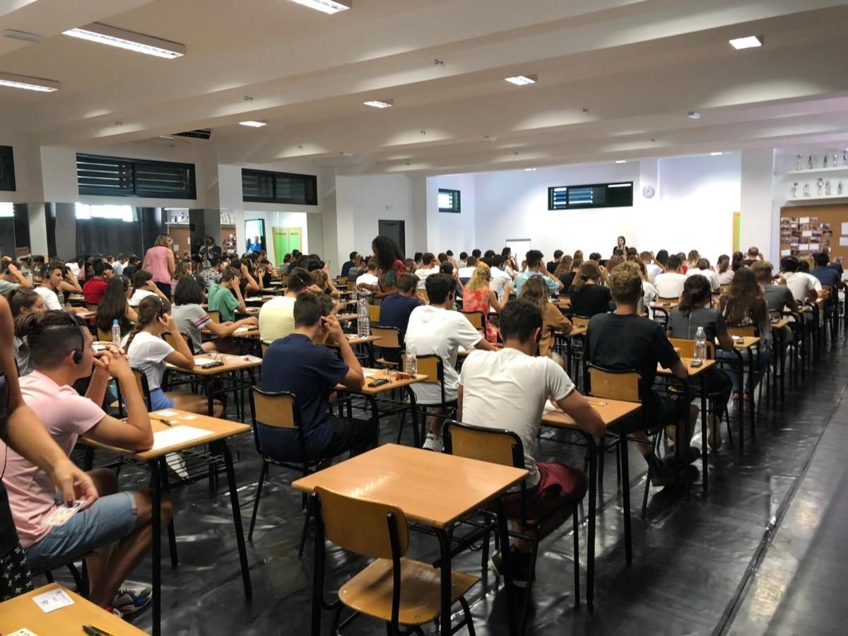 Estudiantes realizan un exámen de Cambridge en un centro examinador de Exams Andalucía