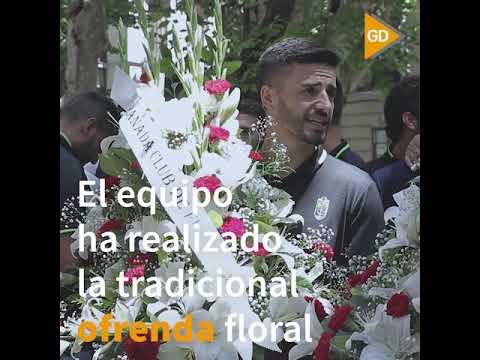 Los-jugadores-del-Granada-llevan-una-ofrenda-a-la-Virgen-de-las-Angustias