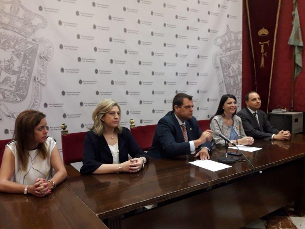 Macarena Olona en rueda de prensa junto a miembros del grupo municipal de Vox en el Ayuntamiento de Granada
