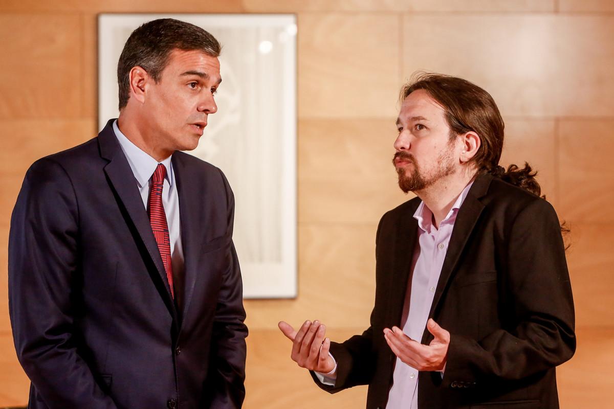 El presidente del Gobierno en funciones, Pedro Sánchez (1i), se reúne con el secretario general de Unidas Podemos, Pablo Iglesias (2i), de cara a la sesión de investidura que comienza el 22 de julio.