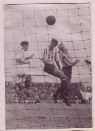 César entre Marín y el céltico Deva marca de cabeza a la salida de un córner el gol número uno del Granada en Primera