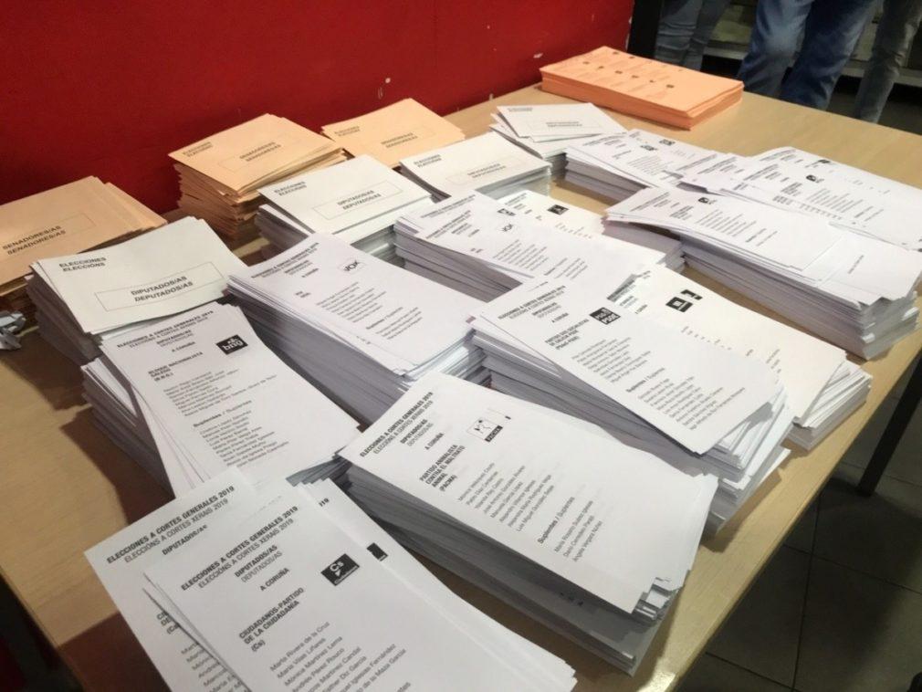 Papeletas en un colegio electoral de Galicia en las elecciones generales de 2019.