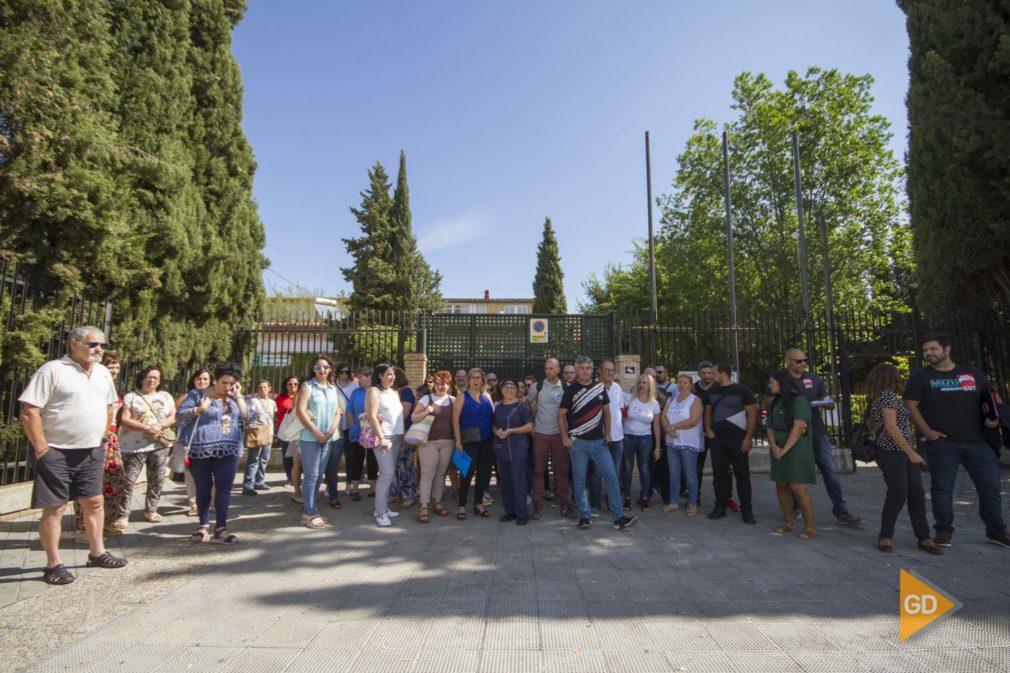 concentración de los conserjes en el colegio Sierra Nevada de Granada