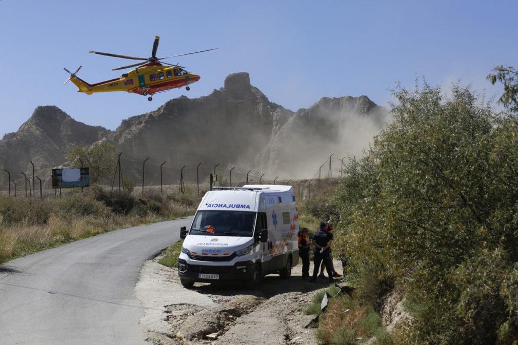 Servicios sanitarios junto al lugar del accidente en la pirotecnia de Guadix