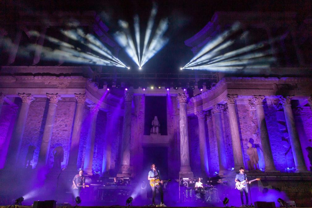 Izal durante su actuación en el Teatro Romano iluminado de violeta contra el machismo