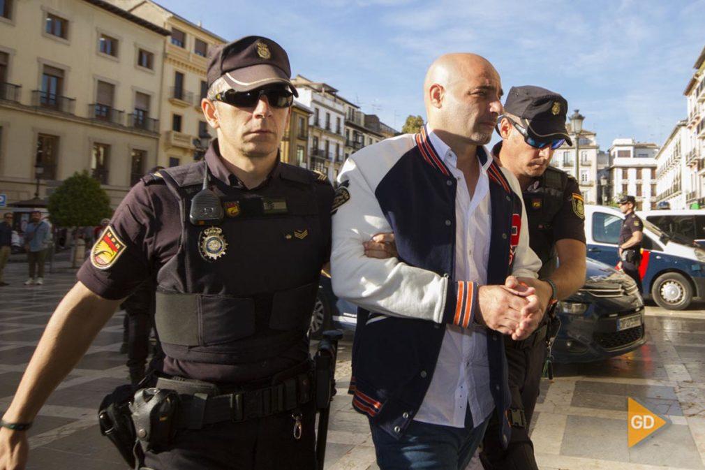 Llegada a la Audiencia de Granada de los tres acusados para juicio por asesinar en 2016 al hombre cuyo cuerpo sin vida apareció en el maletero de su coche abandonado en un aparcamiento de Río Tinto