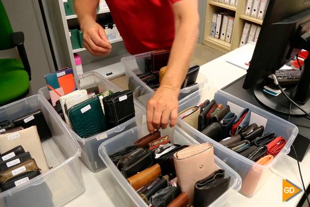 Las carteras y los pequeños bolsos son un clásico; llegan muy a menudo a la oficina.