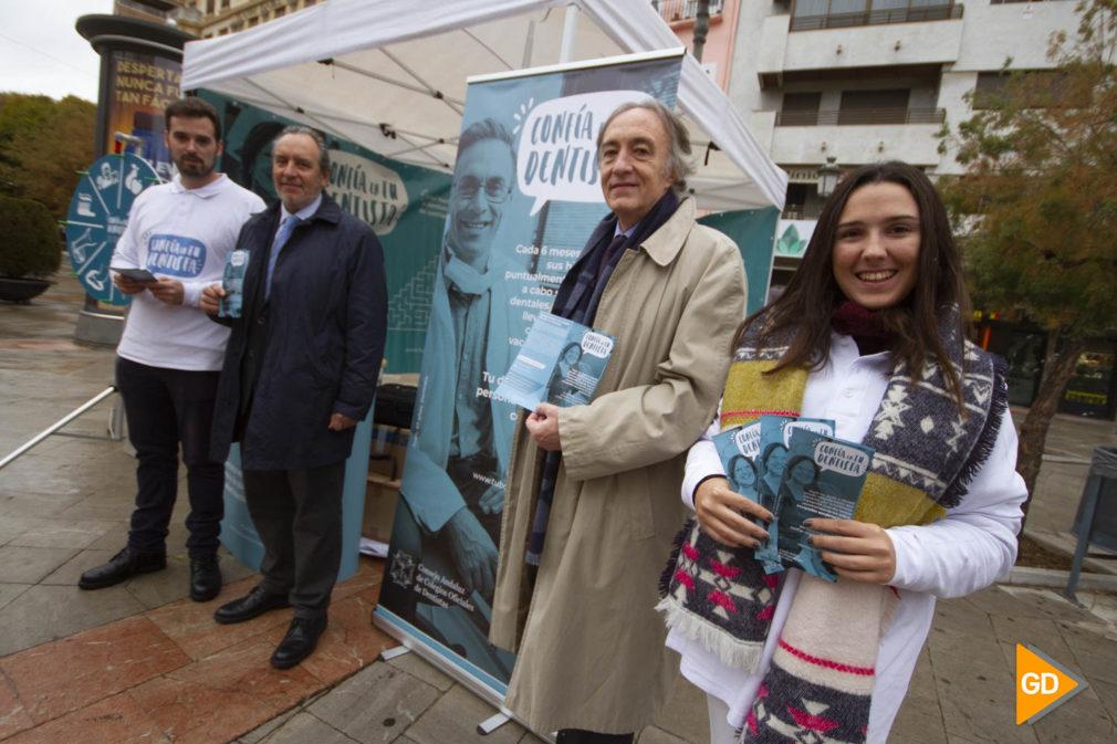 El delegado territorial de Salud y Familias de la Junta en Granada  y el vicepresidente del Colegio de Dentistas de Granada visitan la carpa de Confia en tu dentista