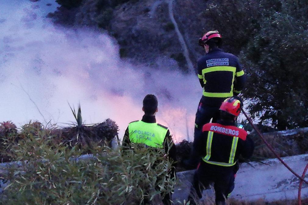 Granada.- Sucesos.- Un incendio en zona de matorral afecta al entorno de la playa de El Muerto de Almuñecar
