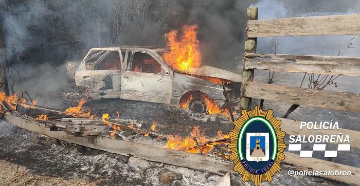 un-vehc3adculo-calcinado-en-un-incendio-declarado-en-una-parcela-de-salobrec3b1a