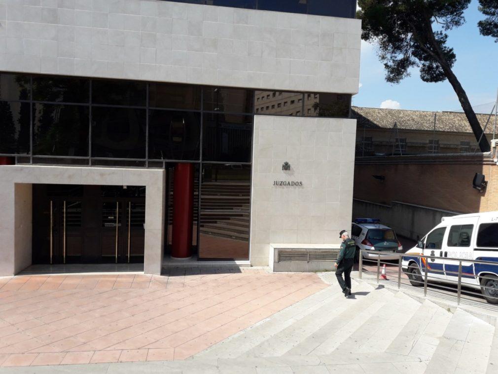 Granada.- Tribunales.- Expolicía acusado de retener a hijos alega que quería estar con ellos antes de ir a prisión