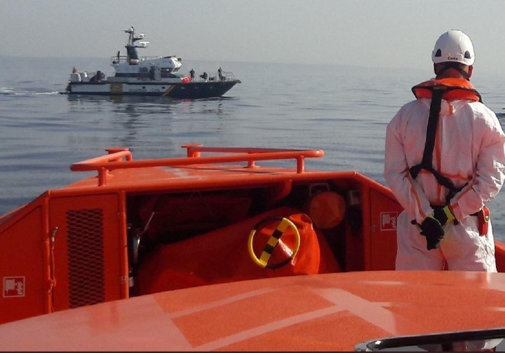 Málaga.- Sucesos.- Rescatadas cinco personas, tres de ellas menores de edad, al tener problemas para salir del mar