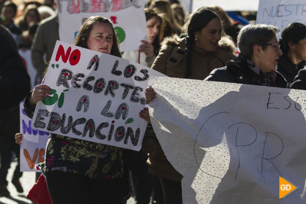 manifestacion en contra de cierre de los colegios rurales de Granda