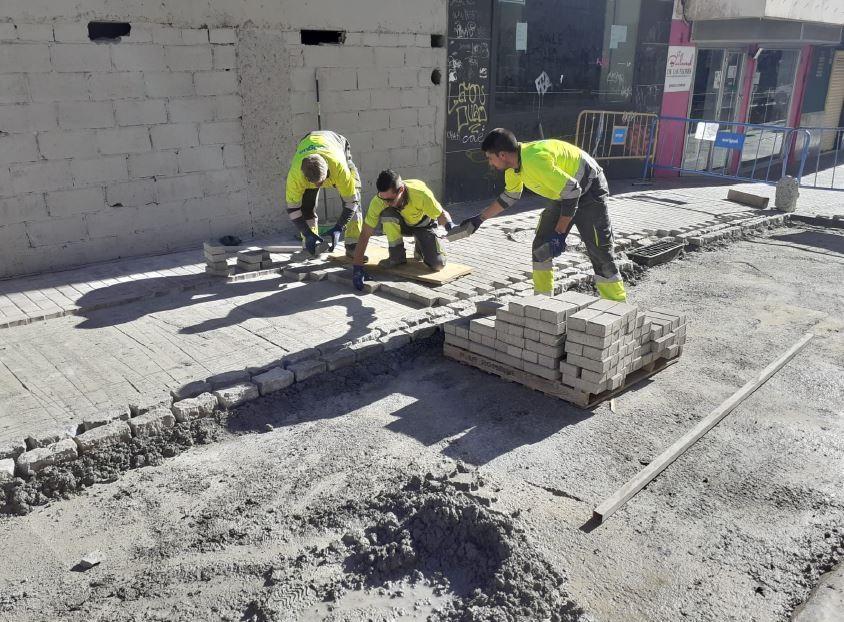 Granada2031.- El Ayuntamiento repara a petición de los vecinos el pavimento de la calle Minas de San Lázaro