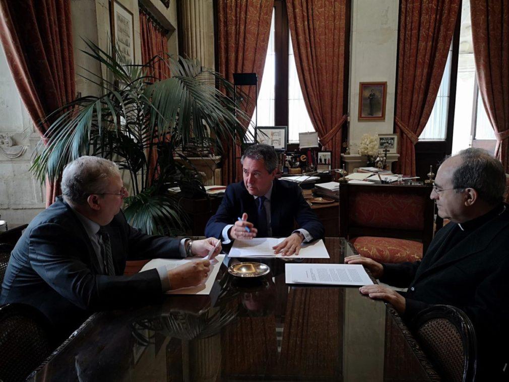 Arzobispo alcalde y presidente de las cofradías de Sevilla en reunión este sábado - AYUNTAMIENTO DE SEVILLA